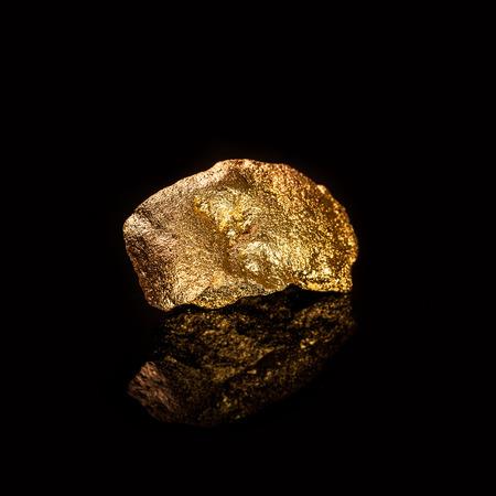 Goudklomp geïsoleerd op zwarte achtergrond