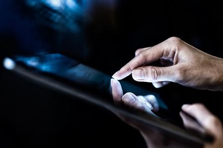 handpersen op het scherm digitale tablet Stockfoto