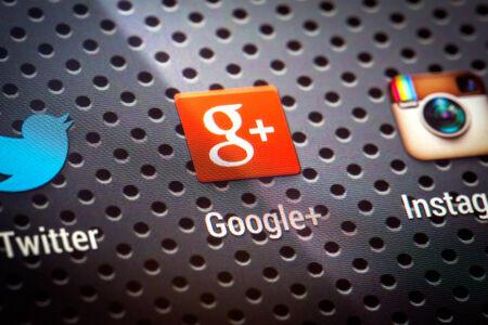 google plus: BELCHATOW, Polonia - 10 de abril 2014 Foto de detalle de Google Plus icono en la pantalla del tel�fono m�vil popular red social Editorial
