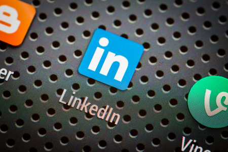 BELCHATOW, POLOGNE - 10 avril 2014 Gros plan photo de Linkedin icône sur l'écran du téléphone mobile réseau social populaire