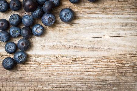 Blueberries on wooden background 版權商用圖片 - 28321002