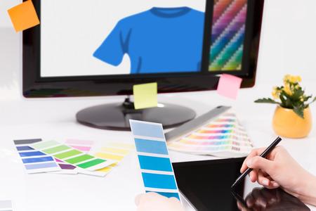 grafik: Grafik-Designer bei der Arbeit Farbfeld Proben