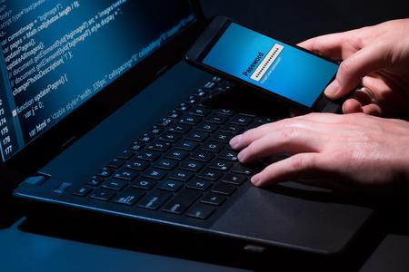 ladron: Hacker usando un montón de portátiles de dígitos en la pantalla del ordenador Foto de archivo