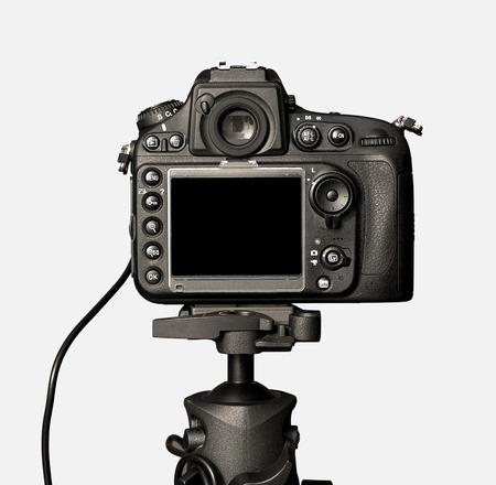 白い背景上に分離されて 1 つの黒いカメラ