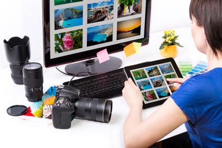 사진 편집기는 컴퓨터와 사용하는 그래픽 타블렛 작업 스톡 콘텐츠