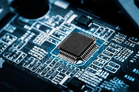 블루 톤에 프로세서와 전자 회로 기판의 근접 촬영