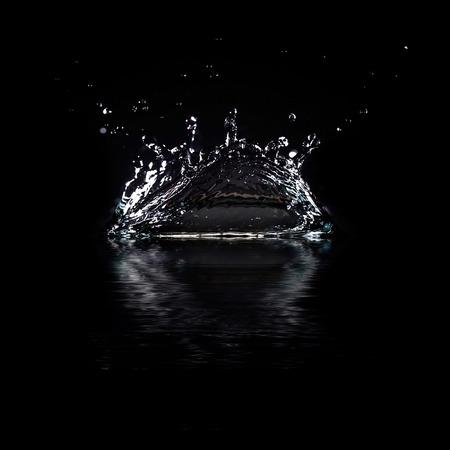 Water splash geïsoleerd op zwarte achtergrond Mooie abstract Stockfoto