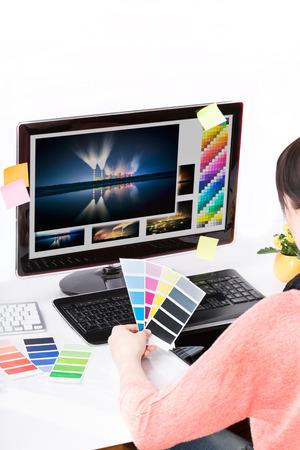 graphics: Grafisch ontwerper aan het werk kleurstalenboek monsters