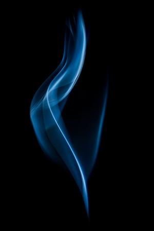 vapore acqueo: Estratto fumo blu turbinii su sfondo nero Archivio Fotografico