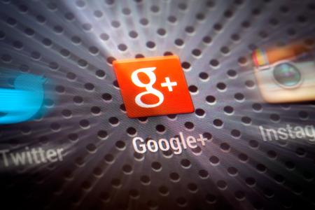 BELCHATOW、ポーランド - 2014 年 4 月 10 日: 携帯電話の画面上に Google のプラス アイコンのクローズ アップ写真。人気のソーシャル ネットワーク。 報道画像