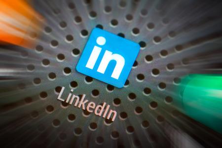 marca libros: BELCHATOW, Polonia - 10 de abril 2014: Foto del primer de Linkedin icono en la pantalla del tel�fono m�vil. Popular red social.