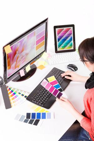 Graphiste au travail. Échantillons de nuanciers de couleurs.