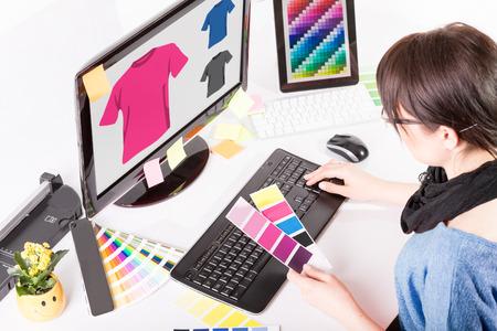 컴퓨터 그래픽: 직장에서 그래픽 디자이너. 색상 견본 샘플입니다.