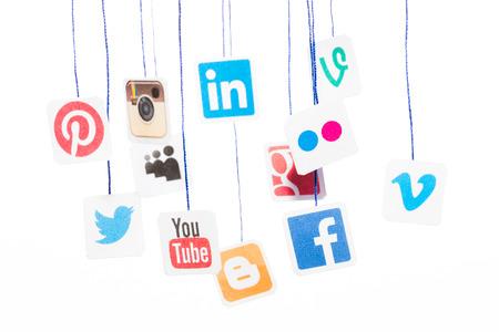 medios de comunicacion: BELCHATOW, Polonia - 31 de agosto 2014: Populares logos de sitios web de medios sociales impresos en papel y que cuelga en cuerdas. Editorial