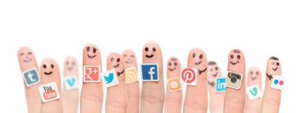 BELCHATOW, POLOGNE - 31 août 2014: Groupe heureux de smileys doigt avec logos populaires de médias sociaux imprimées sur papier et collés sur les doigts.