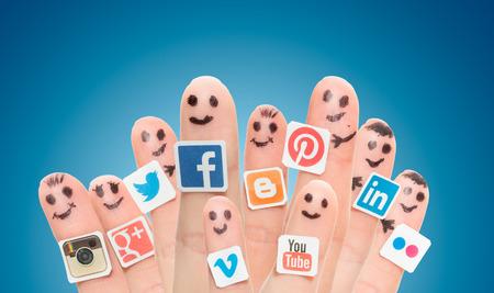 BELCHATOW, 폴란드 - 2014년 8월 31일 : 종이에 인쇄 및 손가락에 붙어 인기있는 소셜 미디어의 로고와 함께 손가락 스마일의 행복 그룹. 에디토리얼