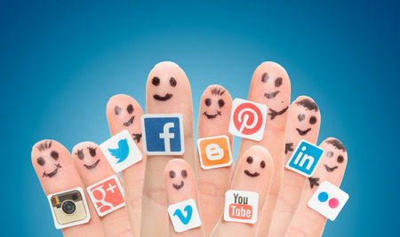 BELCHATOW, POLAND - AUGUST 31, 2014: Happy group of finger smileys with popular social media logos printed on paper and stuck to the fingers. Stok Fotoğraf - 31509235