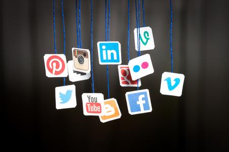 BELCHATOW、ポーランド - 2014 年 8 月 31 日: 人気のソーシャル メディアのウェブサイトのロゴの紙に印刷し、文字列に掛かっています。