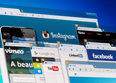 BELCHATOW、ポーランド - 2014 年 4 月 11 日: モニター画面上のソーシャル ネットワークのホームページの写真。