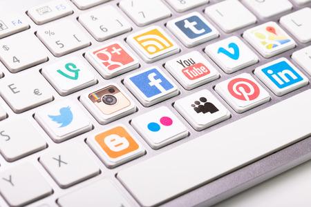 BELCHATOW, POLOGNE - 31 août 2014: Une collection de logo de médias sociaux imprimé et placé sur le clavier de l'ordinateur moderne. Éditoriale