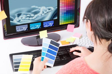 컴퓨터 그래픽: Graphic designer at work. Color swatch samples.