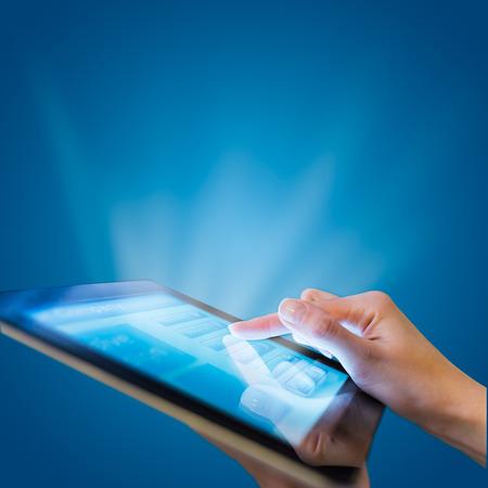 レスポンシブ web デザインのモバイル デバイスでタブレット pc に青色の背景 写真素材