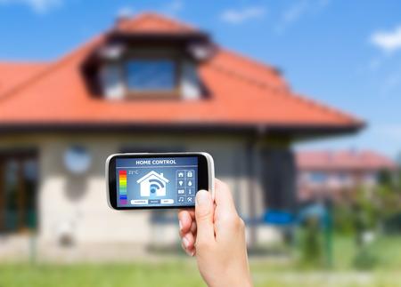 eficiencia: Sistema de control remoto en casa en una tableta digital o teléfono.