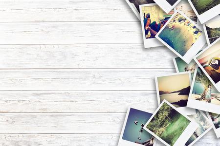 Marco con el viejo papel y fotos. Objetos sobre tablas de madera.