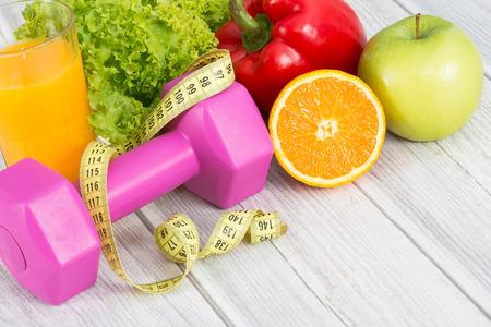 Concetto di fitness con manubri e cibo sano.