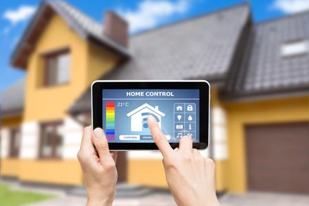 Remote home control-systeem op een digitale tablet of telefoon. Stockfoto