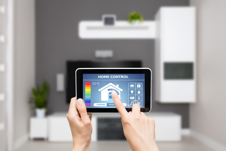 Remote home control-systeem op een digitale tablet of telefoon. Stockfoto