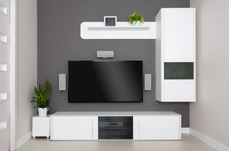 Moderní obývací pokoj - TV a reproduktory domácího kina.