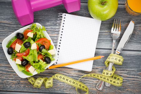 Cvičení a fitness diety kopírovat prostor deník na dřevěném stole. Reklamní fotografie