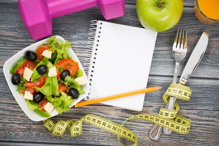 dieta saludable: Entrenamiento y fitness dieta copia diario espacio en la mesa de madera.