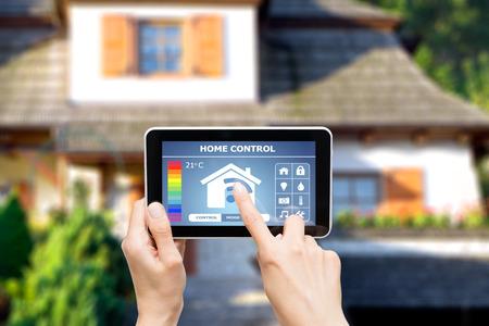 eficiencia energetica: Sistema de control remoto en casa en una tableta digital o teléfono.
