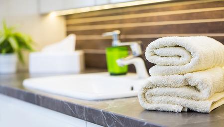 toallas: Primer plano de un lavabo en un moderno cuarto de ba�o interior. Foto de archivo
