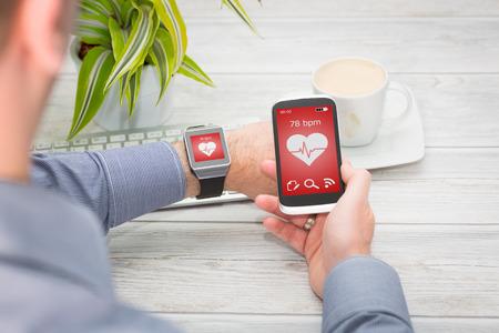 사업가 스마트 시계와 휴대 전화를 사용합니다. 스마트 워치 개념.