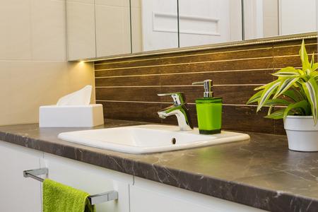 Schließen Sie oben von einem Waschbecken in einem modernen Badezimmer Interieur. Lizenzfreie Bilder