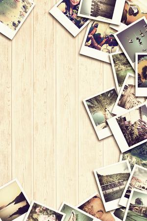 Cadre avec du vieux papier et de photos. Objets sur des planches de bois. Banque d'images
