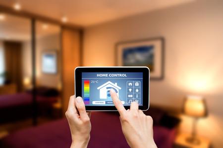 inteligencia: Sistema de control remoto en casa en una tableta digital o teléfono.