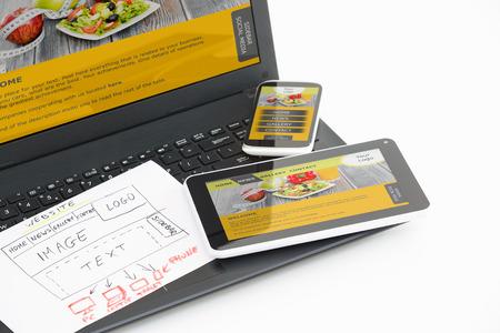 design: Le bureau de design avec le concept de site web adaptatif.