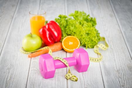 dieta sana: Concepto de fitness con pesas y una alimentación sana. Foto de archivo