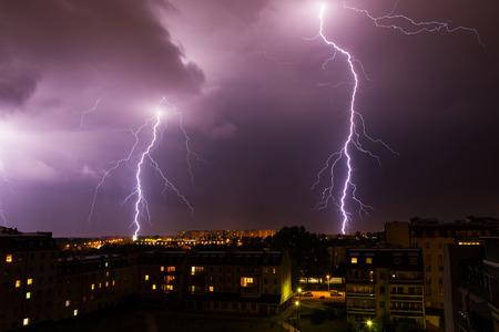 Wolken en donder bliksemen en storm over de stad.