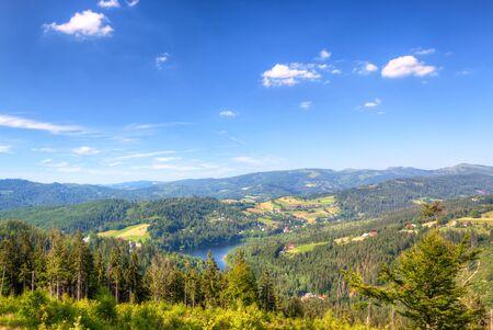Sommer Berge grüne Gras und blauer Himmel Landschaft