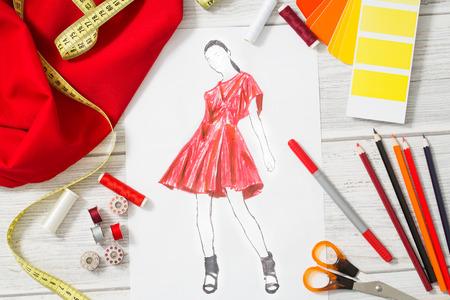 estilista: Estudio de la diseñadora de moda con equipos. Cierre de diseño.
