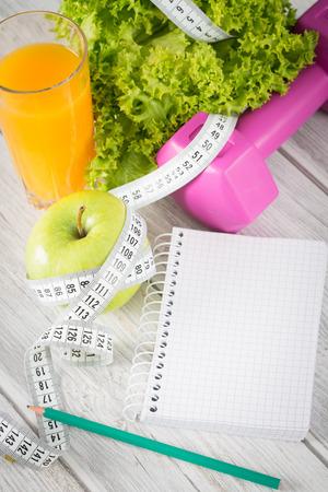 Workout und Fitness Diäten kopieren Platz Tagebuch auf Holztisch.