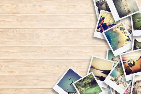 Rahmen mit Altpapier und Fotos. Objekte über Holzbohlen.