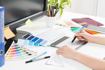 Grafik-Designer bei der Arbeit. Farbfeld Proben. Lizenzfreie Bilder
