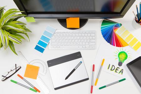 grafisch ontwerp: Grafisch ontwerper aan het werk. Kleurstaal monsters.