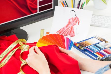 스튜디오에서 작업하는 패션 디자이너. 디자인을 닫습니다.